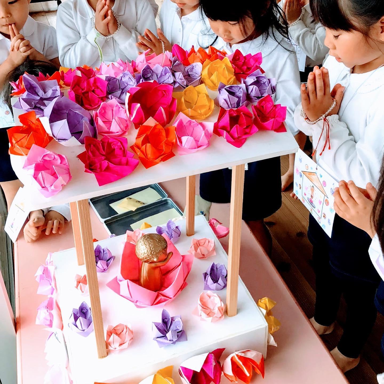 昨日はお釈迦さまのご誕生をお祝いする「花まつり」。子どもたちが園内に設置された花御堂を巡礼しました。